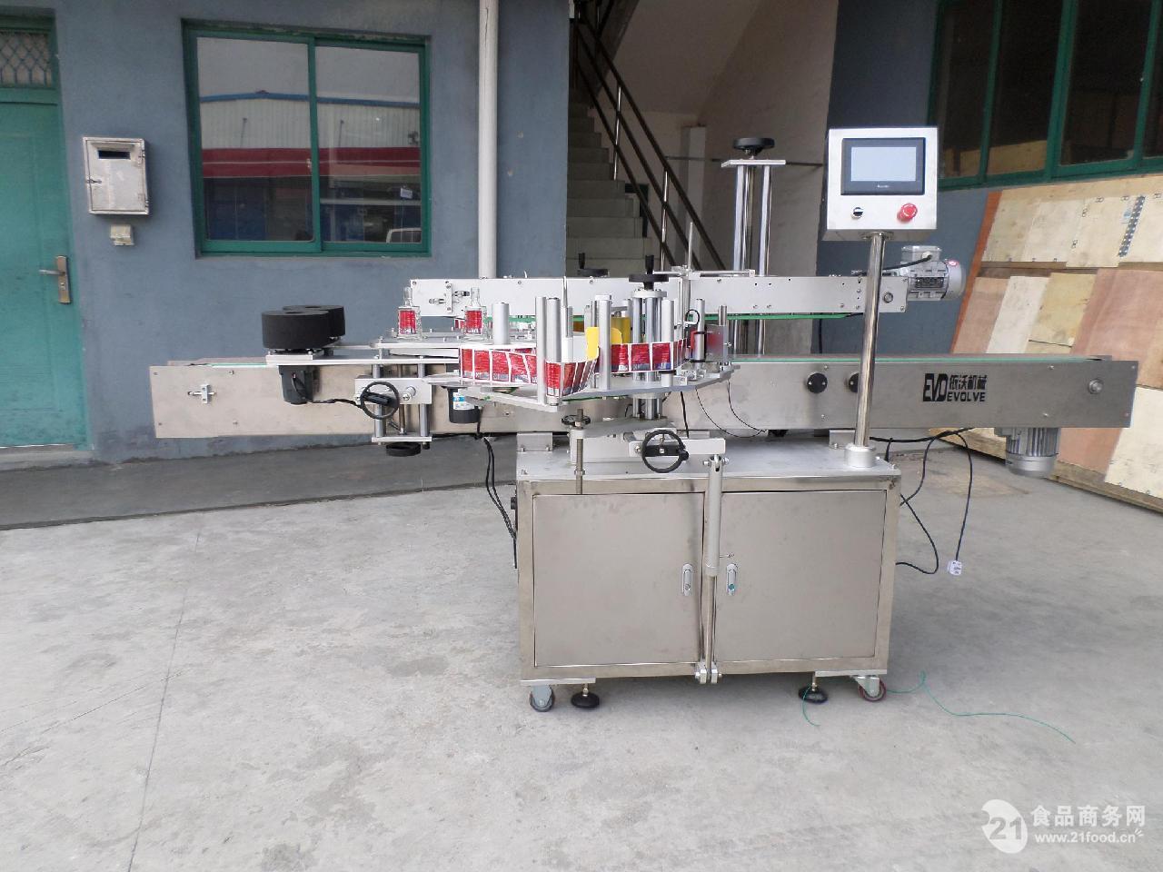 EV-TS200B高速伺服双面贴标机 1、特点: 本机采用进口触摸屏PLC控制系统,同步步进电机或伺服电机送标。 主机部分的设计吸收了进口机的贴签传送方式,解决了一般国产贴标步稳定的因素; 整机可以适用不同规格的瓶子,调整简单,可以在短时间内完成; 该机器完全按照GMP标准的要求设计和制造 2、适用范围 本机主要适用于医药、化工、食品、日化等扁、方、圆、椭圆、圆锥瓶、定位双面等异形瓶子盒子的贴标。