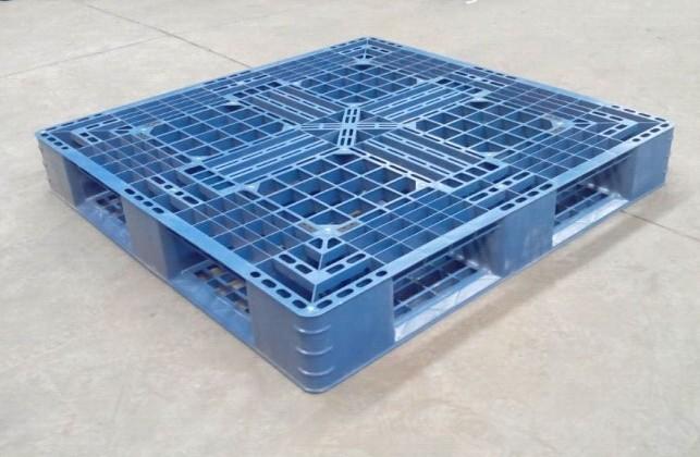 桶装水塑料托盘以低压高密度聚乙烯、聚丙烯为原料制成,其特性为质轻、平稳、无钉无剌、无结疤、无味无毒、易冲洗消毒、阻燃、使用寿命长等特点。 桶装水塑料托盘适宜仓储、物流周转循环和出口一次性使用。 http://www.sultp.com/ 桶装水塑料托盘是环保产品,出口海关不用检验证书,可以出口到全球任何一个国家。塑料托盘广泛适用于化工、染料、医药、农业、稀土、机械、电子、环保、纺织、食品和物流等行业。
