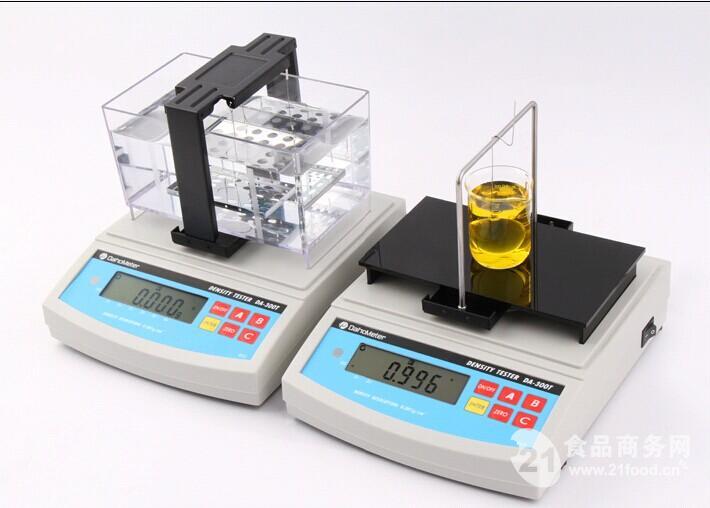 数显液体比重天平的主要功能: 1、固体密度测试模式:具有温度补偿、溶液补偿功能,可根据不同样品使用不同媒介液,快速读取样品的视密度、体积、比重&体积变化率; 2、混合比例测试模式:可快速读取两种合金的纯度值,如铅锡合金中,锡的含量%,也就是俗称的锡度值; 3、液体比重测试模式:只需取50ml左右的试剂,可准确测出液体如:乙二醇、甲醇、硝酸钾、硝酸钠、硝酸、硫酸、氢氧化钠、氢氧化钾、助焊剂、松香水、胶水等液体的相对密度、浓度%; 4、针对生胚、毛坯件,如:磁芯生胚、陶瓷毛胚、粉末冶金生胚件等遇