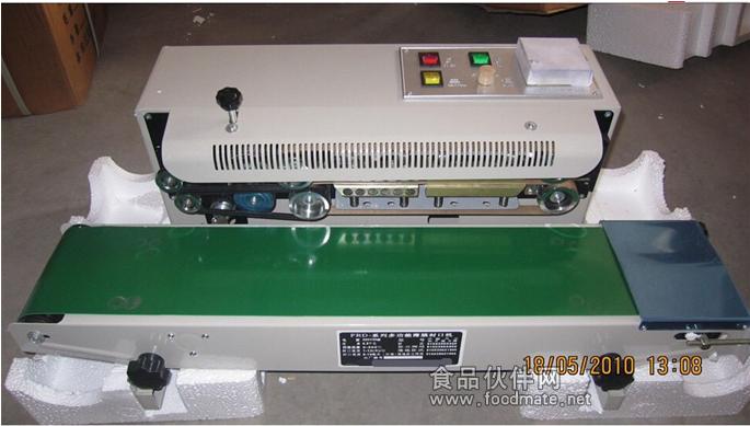 FR-900系列自动塑料薄膜封口机连续封口机的工作原理:采用电子恒温控制和自动输送装置,可控制各种不同形状的塑料薄膜带,能在各种包装流水线上配套使用,其封口长度不受限制。将塑料包装袋连续不断地由传送送进封口冷却滚花或印字(压痕或油墨印字) 连续封口机的配置: 可配压花轮和印字轮,能在封口同时印上出厂日期,保质期,保存期等标志,封口花纹及标志字迹清晰美观。封口印字可一次完成,日期、批号随需要更换,使用方便、符合物品的食品卫生法规定。 连续封口机的优势: 适用于医药、农药、食品、日化、润滑油等行业的铝箔袋,塑